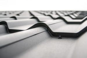 Ocieplenie dachu i na nim czarna dachówka