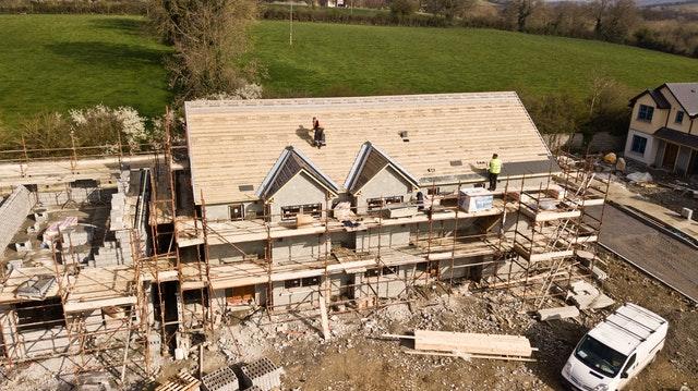 Ocieplenie dachu na dużym domu na wsi