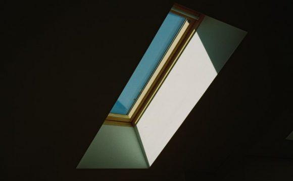 okno dachowe pcv czy drewno